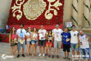 El equipo lila ante las flores de la ofrenda